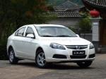 CX30三厢版给人的第一印象是稳重,没有使用大胆的线条来吸引眼球,迎合消费者对主流家用轿车的审美取向。