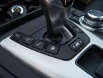 变速箱挡杆周围,可以对转向、悬挂、变速箱等系数进行快速调节。