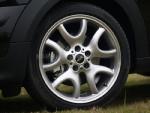 19寸的薄胎也完全不是SUV或者跨界车的路数,完全就是跑车等级的轮胎。