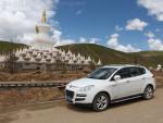藏族地区的寺庙都装饰得金碧辉煌。