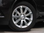 高配车型使用20寸轮毂,低配车型则是19寸,同为9幅设计。亮眼的轮毂和镀铬饰条搭配得很好,不会让人感觉俗气,反倒很有美国风味。