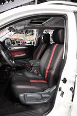 座椅采用红黑相间的配色,让车厢也充满了不羁的性格,整体坐姿偏高,视野不错。