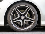 AMG套件最让人着迷的自然是这套18英寸的轮毂,再配上固特异极品飞靴 225/40的高扁平比轮胎,抓地力表现出色。