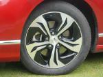 2.4VTI的车型使用这个5辐双色的轮毂。