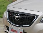 这次新推出的1.5T车型,外观上一大特点是采用黑色的中网,而不再是1.6L车型那种镀铬的直瀑式中网。