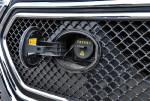 徽标后是个交流充电口,对应的是常规的慢充,如果用家用电源充电,8个小时能把电池充满。