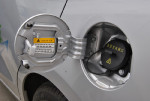 常规加油口位置是直流充电口,对应的是快速充电,能在半小时内充满80%的电量。