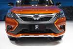 比亚迪全新的小型SUV,继续用中国的朝代来命名,这回到宋了。宋这款车也是有比亚迪的542战略的,4.9秒的0-100km/h加速时间和四驱驱动都被印在了车尾!
