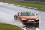 在雨天湿滑的赛道中驾驶依然很稳定,四驱系统起了不少作用。