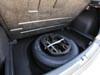 尾厢地台下是备胎,盖板有卡扣支撑住,取拿工具都很方便。