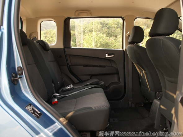 13.长安欧力威1.2 后排座椅和乘坐空间高清图片