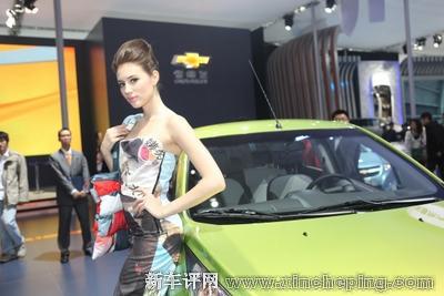 【spark斯帕可模特身着的服装,是由spark废弃广告布回收制高清图片